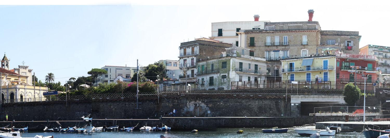 Equipamento sazonais na zona costeira de Portici, Itália
