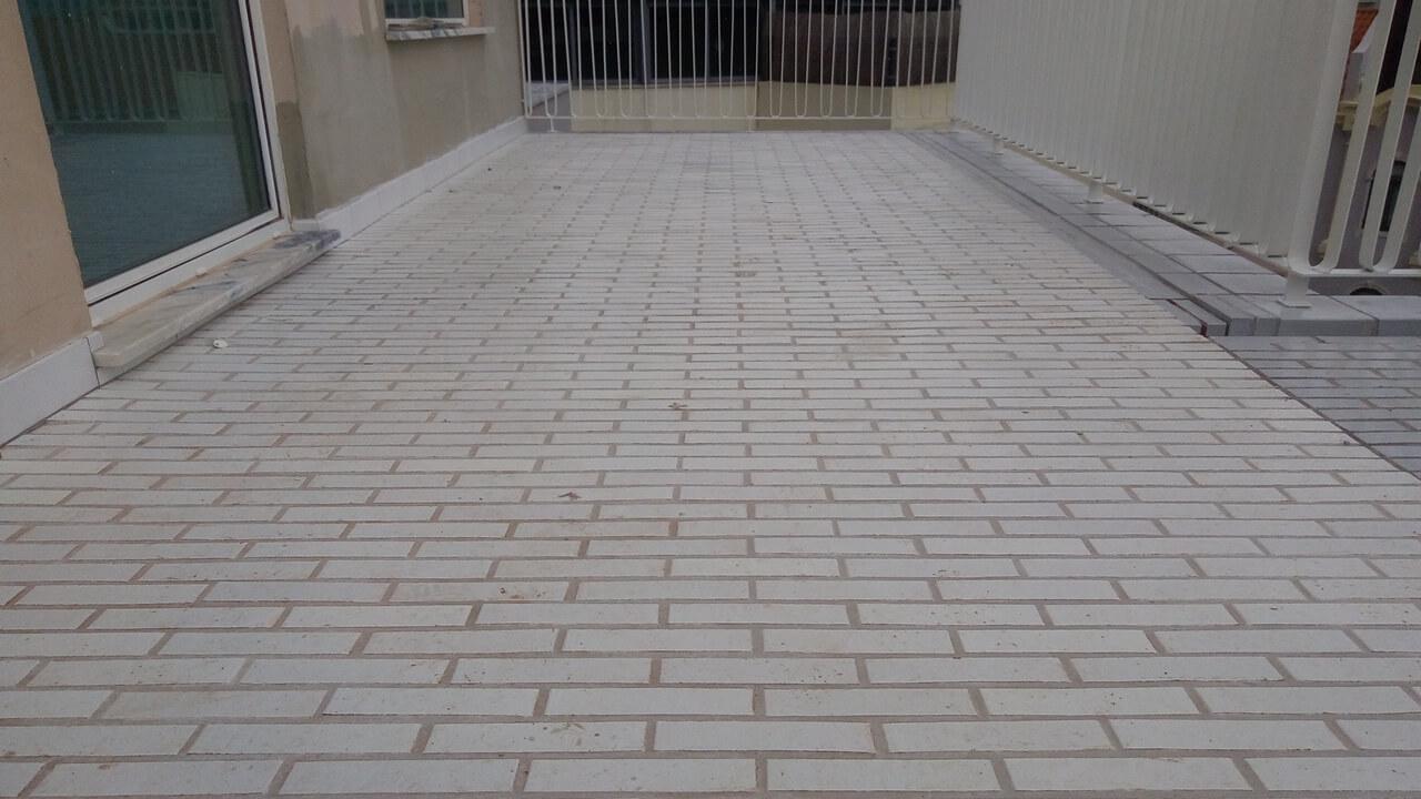 Aplicação de plaquetas Covadonga num pavimento de edifício habitacional
