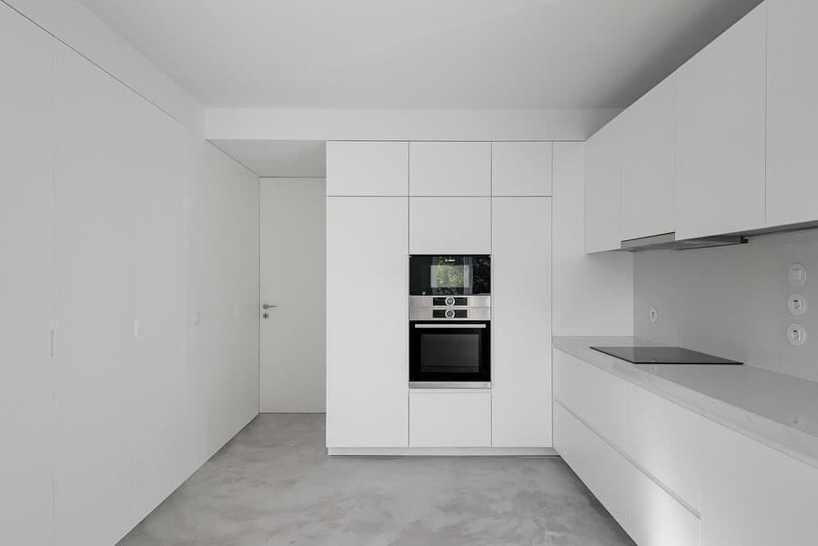 Cozinha em lacado branco mate e com puxador oculto