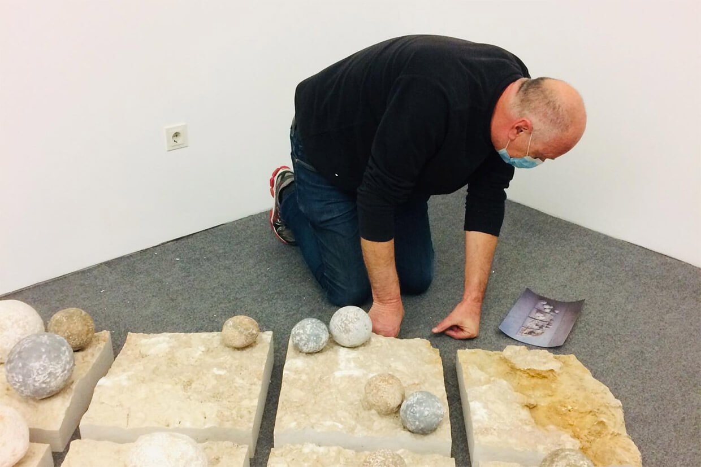 Volker Schnüttgen durante a montagem da exposição