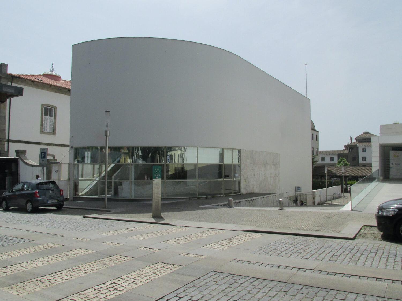 Balcão do BPI desenhado pelo arquiteto Siza Vieira reabre em Vila do Conde