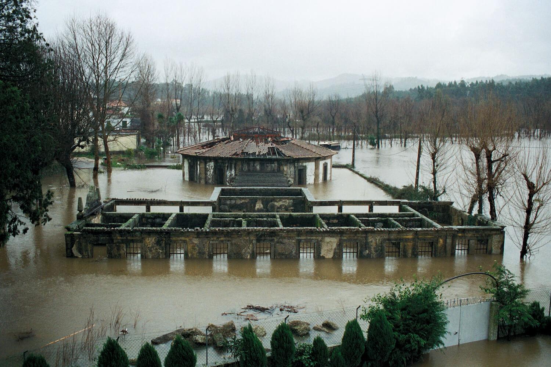 O espaço urbano e as dinâmicas de um rio: o caso da vila Caldas das Taipas . Fotos do local . Créditos António Pereira 2001