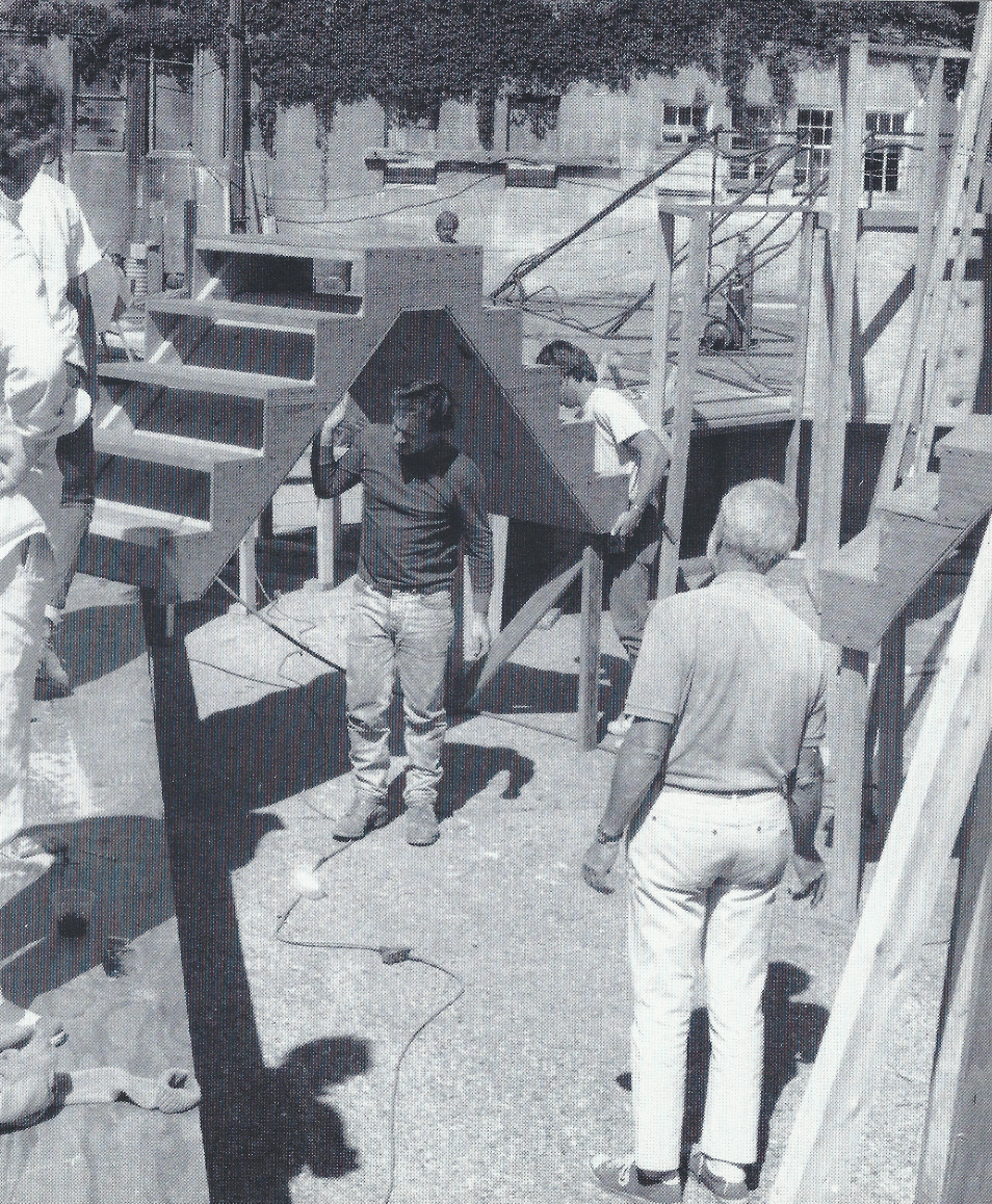 Figura 2 – Sculpture Village, construção, 1987 (© Ferriel Waddington. Imagem gentilmente cedida por Jon Isherwood, a 5 de julho de 2020).