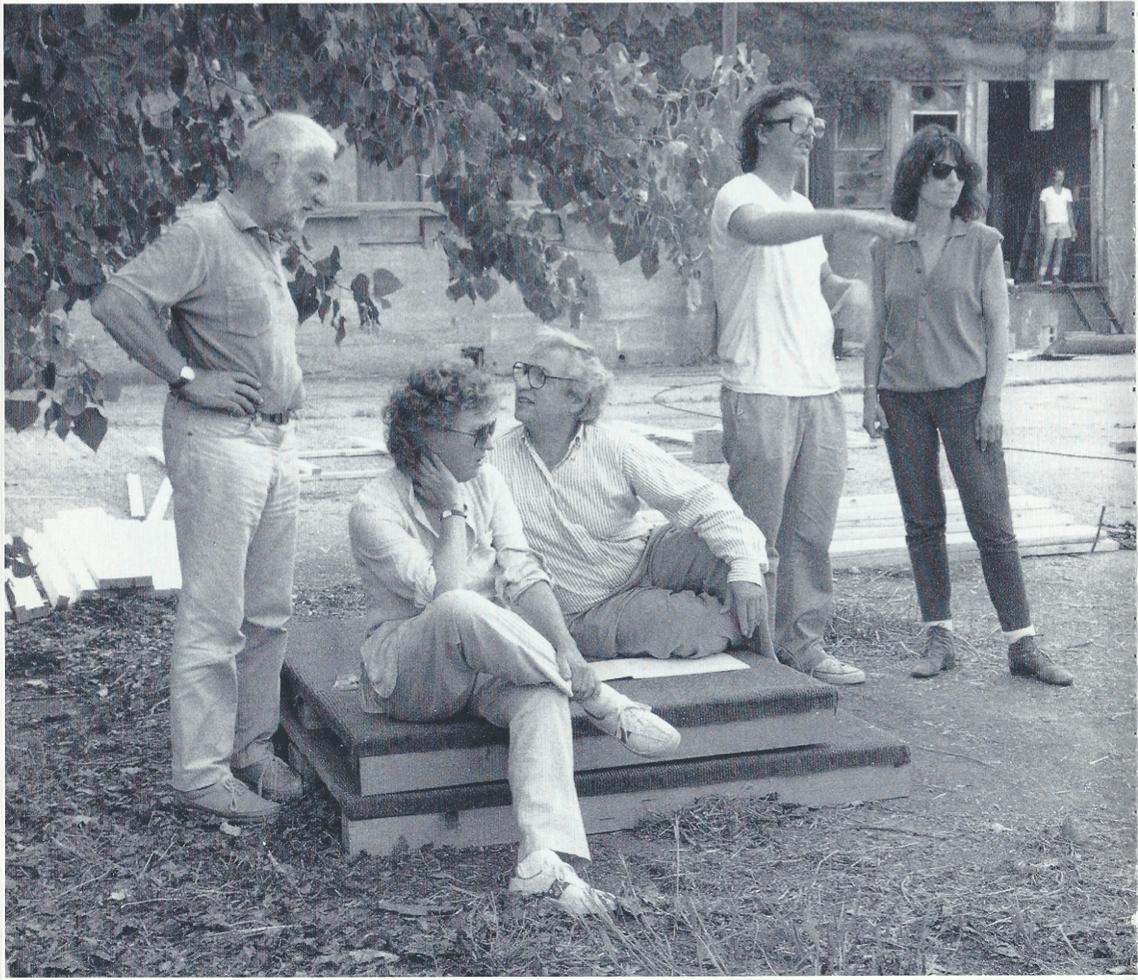 Figura 1 – Anthony Caro, Sheila Girling, Frank Gehry, Paul Lubowicki e Susan Nardulli durante a construção do projeto Sculpture Village, 1987 (© Ferriel Waddington. Imagem gentilmente cedida por Jon Isherwood, a 5 de julho de 2020).