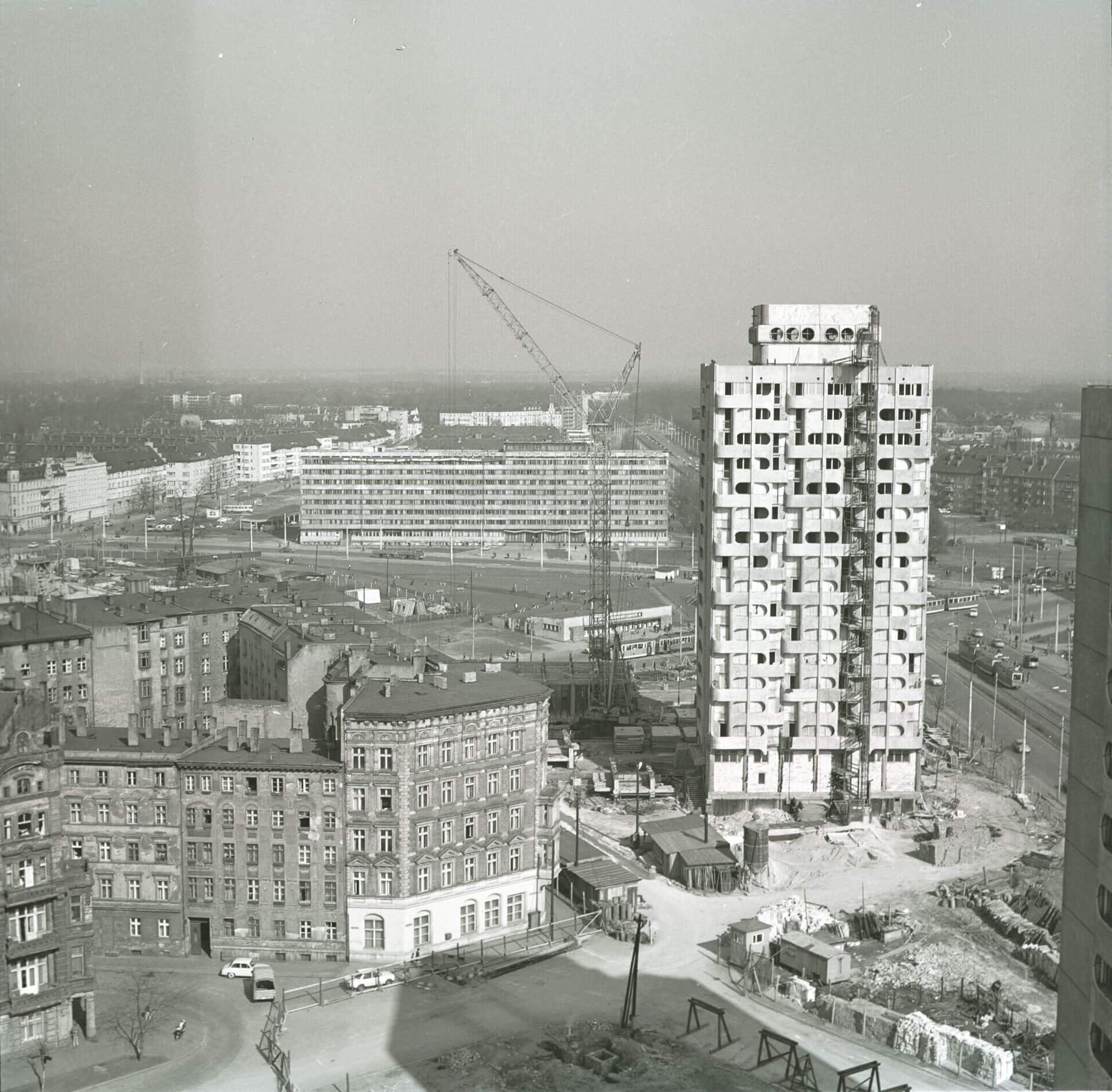 5.Budowa zespołu mieszkaniowego, plac Grunwaldzki, 1969-75 (projekt 1963-69),  fot. Zbigniew Nowak, 1973, zbiory: Ośrodek Pamięć i Przyszłość