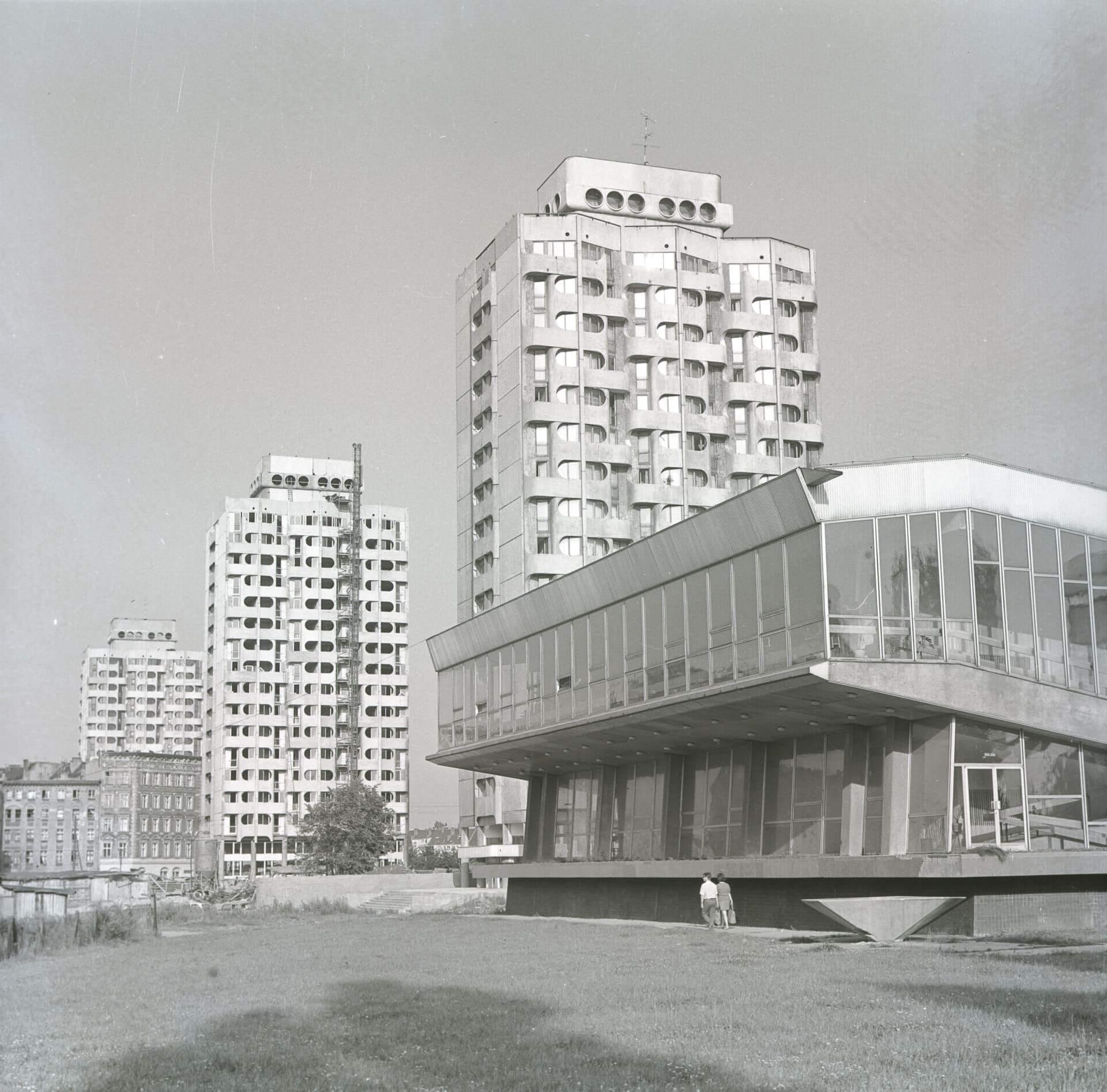 6.Zespół mieszkalno-usługowy przy placu Grunwaldzkim, 1969-75,fot. Zbigniew Nowak, 1974, zbiory: Ośrodek Pamięć i Przyszłość